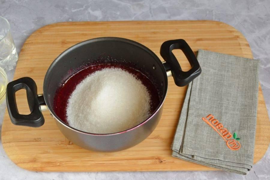 4. Добавьте чуть больше половины сахара и проварите пару минут вишневое пюре, чтобы сахар растворился. Оставьте его остывать.