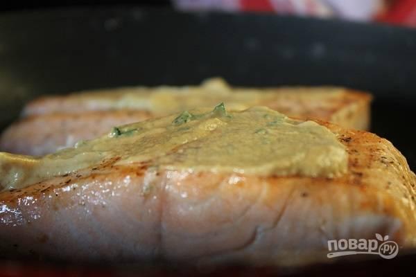 5. Через пару минут переверните и смажьте тонким слоем горчицы.