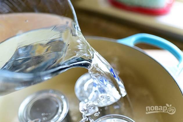 2.Залейте банки водой, чтобы она покрыла их на 3-4 пальца, ведь в процессе варки жидкость будет уменьшаться.