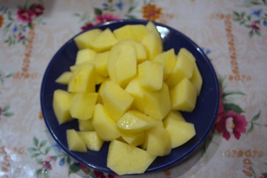 Картофель нарезать небольшими кусочками.