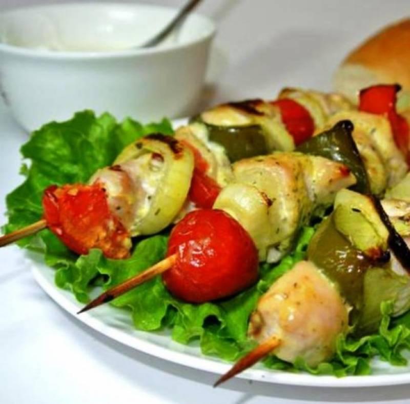 9. Выкладываем готовый шашлык на большое блюдо, украшаем листьями салата — и подаем к столу.