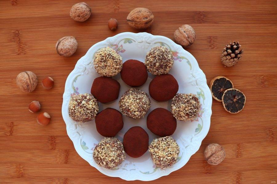 Приготовленные конфеты положите в холодильник на 2 часа. Подавайте с любимым напитком, особенно конфеты хороши с чашечкой ароматного кофе. Приятного аппетита!