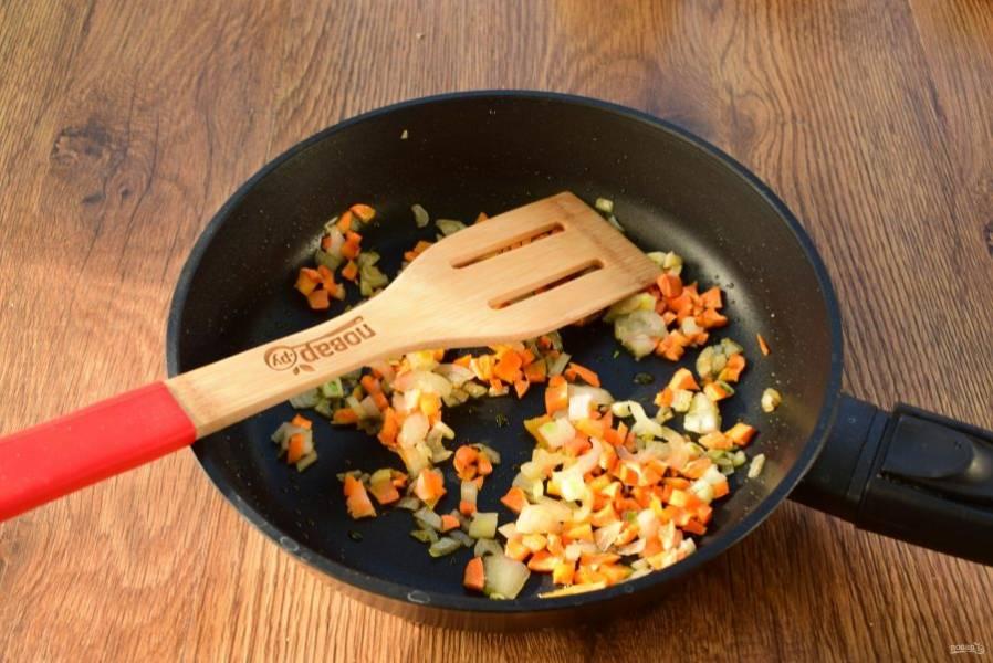 На сковороде разогрейте сливочное масло, пассеруйте морковь и лук до золотистой корочки. Добавьте в бульон.