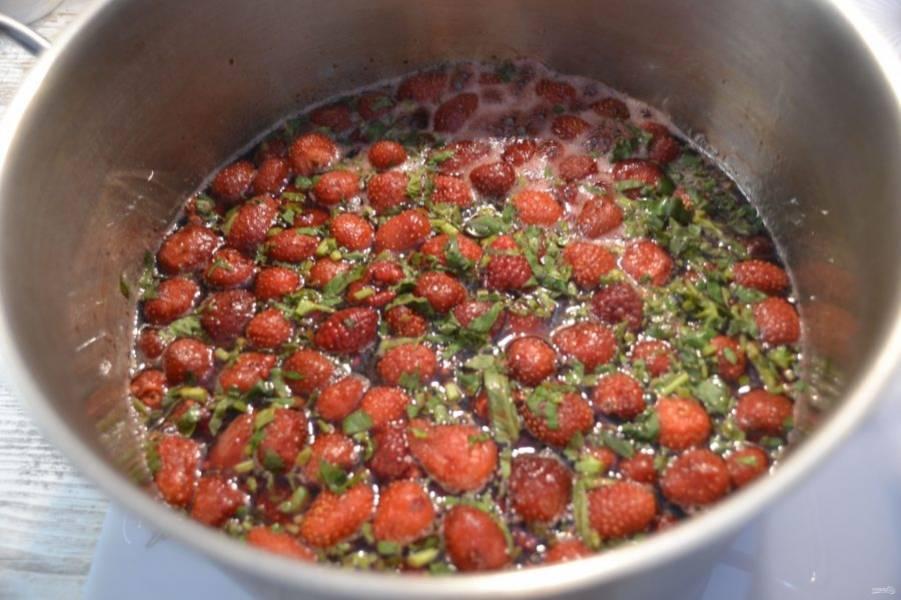 Нагрейте варенье до закипания, перемешивать не надо, только встряхивайте. Снимите с огня, оставьте на 5-6 часов для того, чтобы ягоды пропитались сиропом.