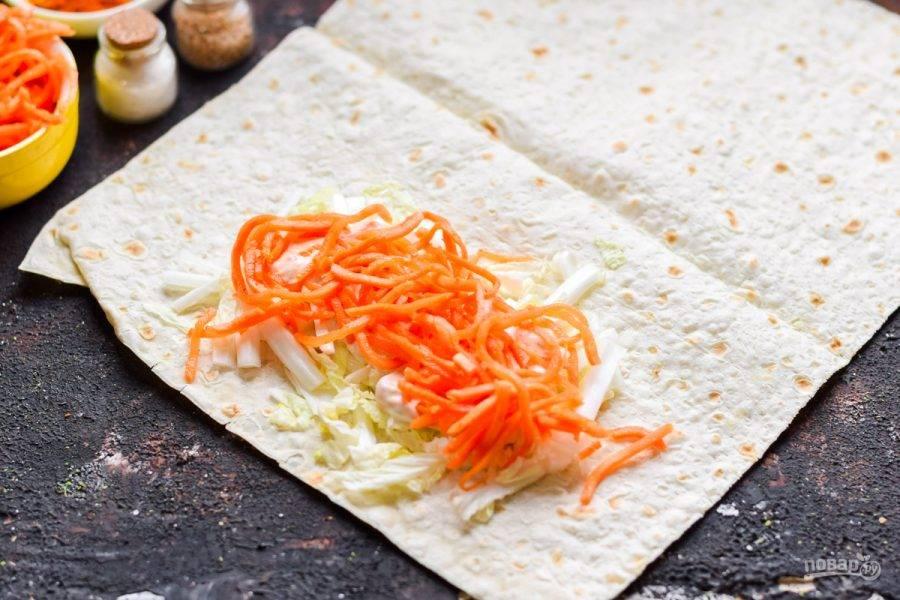 Поверх выложите морковь по-корейски.