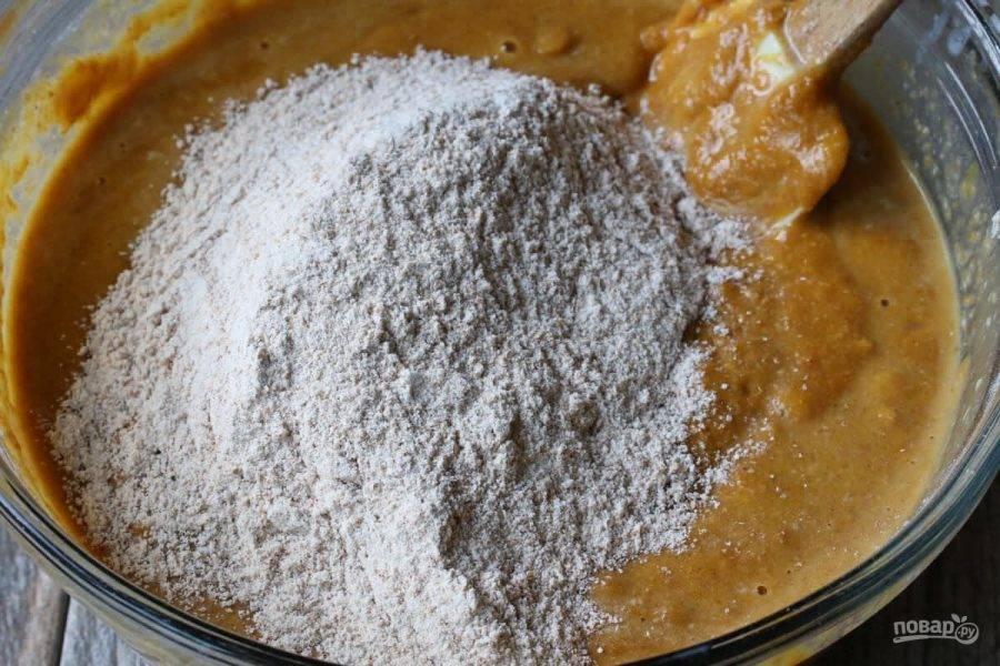 5.Добавьте в миску половину сухих ингредиентов, перемешайте хорошенько.