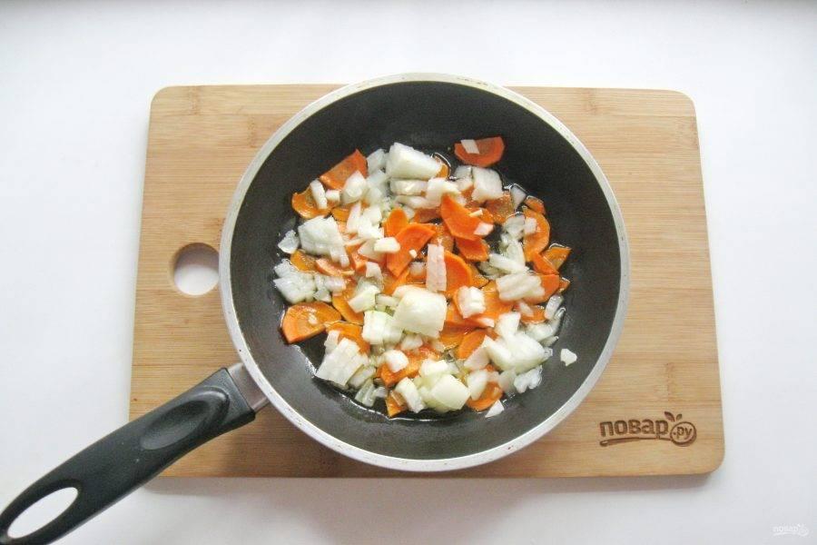Налейте рафинированное, подсолнечное масло и немного припустите эти овощи на небольшом огне в течение 8 минут.