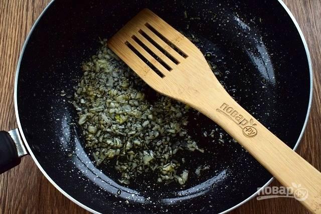 Слейте немного вытопившегося жира с противня в глубокую сковороду. Чеснок очистите и растолките в ступке вместе с солью. Добавьте в сковороду. Курицу немного остудите и разделайте на порционные куски.