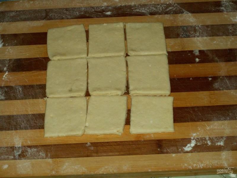 9. Затем формируем большой квадрат и нарезаем еще на квадраты (сразу вдоль, а затем — поперек) размером примерно 10*10 см.