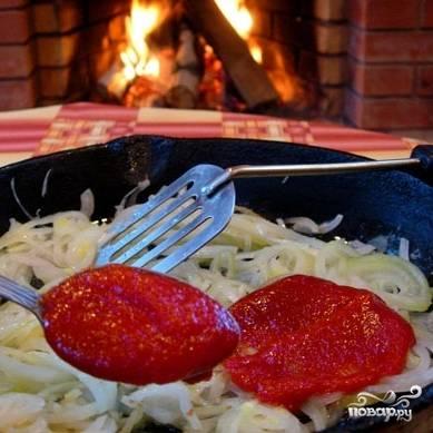 А пока суп варится - сделаем поджарку. Оставшийся лук нарезаем тонкими кольцами, обжариваем на сливочном масле до прозрачности, затем добавляем томатную пасту и тушим еще 5-7 минут.