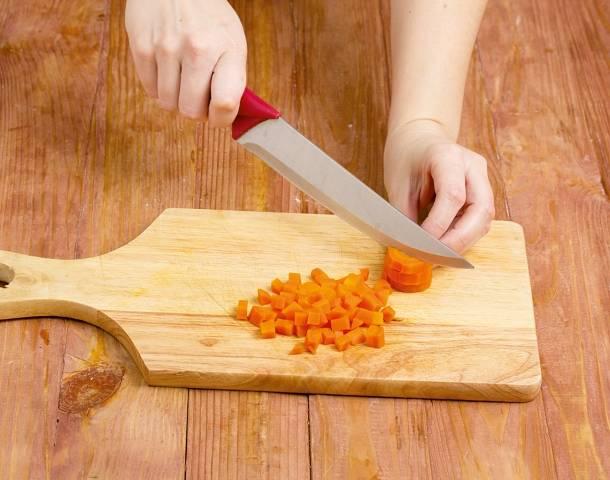 7. Очистите также морковь, нарежьте её мелкими кубиками (можно натереть на терке).