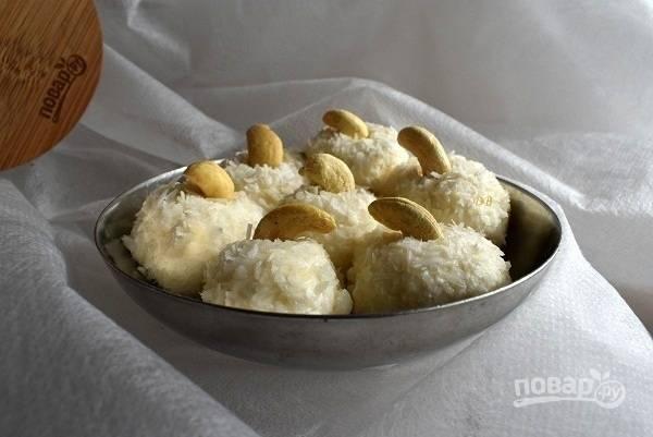 Украсьте каждый шарик орешком. Приятного аппетита!