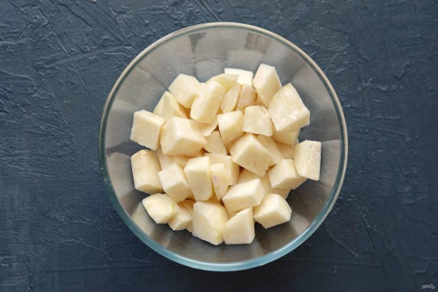 Кольраби очистите от кожуры, нарежьте кубиками. Посолите, перемешайте и оставьте на 5 минут. Затем промойте кольраби в холодной воде, откиньте на дуршлаг.