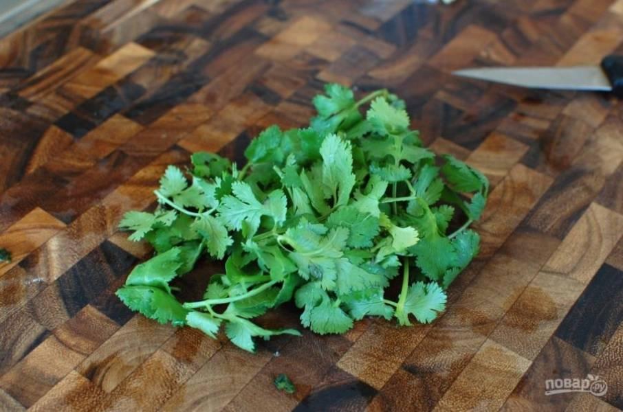 8.Помойте кинзу, отрежьте стебли, крупно нарежьте листочки.