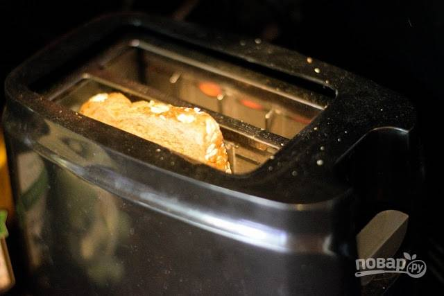 4. В тостере или на сухой сковороде чуть подсушите ломтик хлеба.