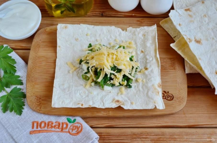 На сметану положите щепотку тертого сыра, примерно по 10 г на каждый квадратик.