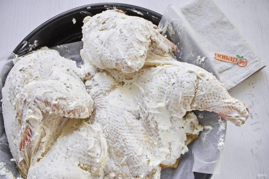 Смажьте верх птицы творожным сыром с зеленым луком. Поставьте запекаться в разогретую до 200 градусов духовку на 30 минут. Уменьшите температуру до 180 градусов и продолжайте запекать курицу до готовности. Время готовки зависит от веса курицы. У меня заняло 1,5 часа.