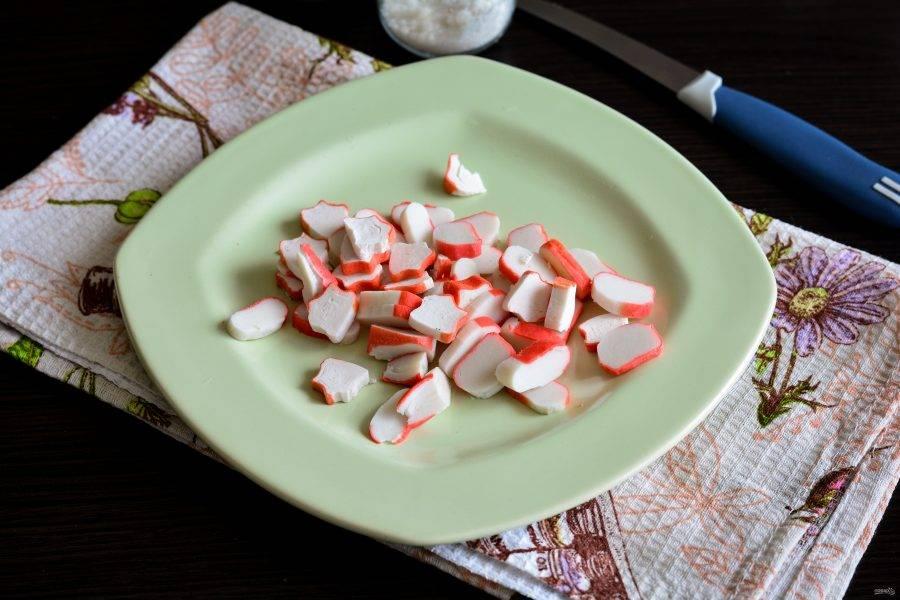 Крабовые палочки нарежьте кружочками для салата.