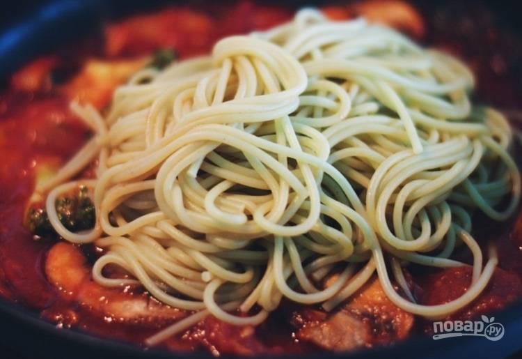 4.В отдельной емкости отварите спагетти до готовности, затем слейте воду и добавьте их в сковороду.