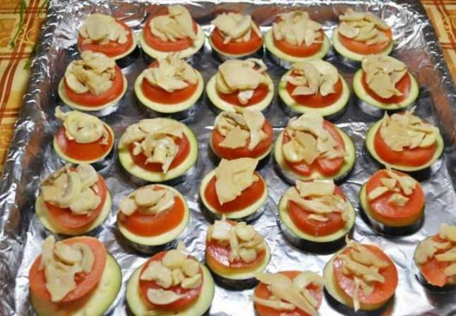 На томаты кладем порезанные грибочки.