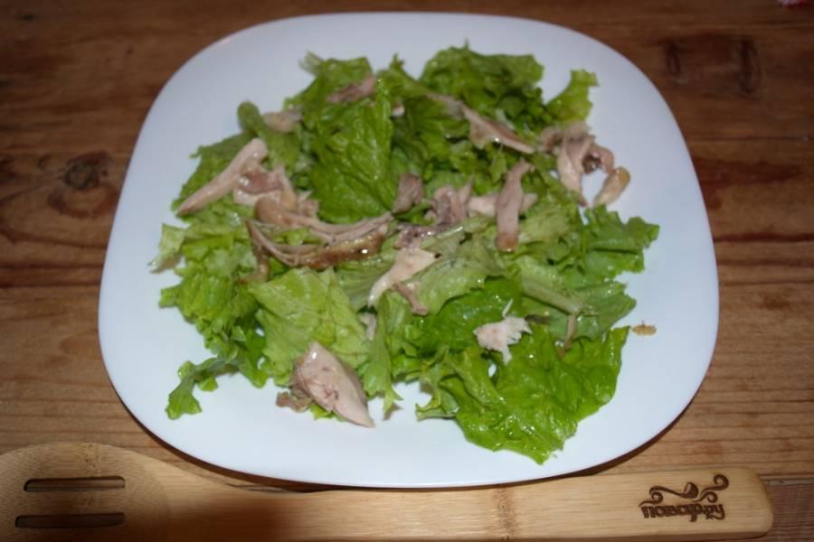 Куриное мясо также руками разделите на волокна или нарежьте небольшими кусочками.