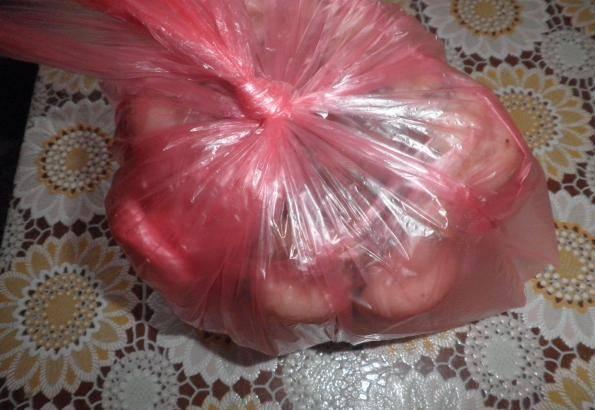 3. Теперь складываем в пакет плотный или в специальный пакет для выпечки. Тем временем подготавливаем посуду для варки мяса.