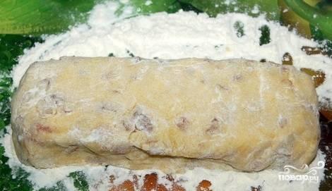 4. Из теста сформируйте брикет. Затем оберните пергаментной бумагой. Отправьте в холодильник минимум на 30 минут.