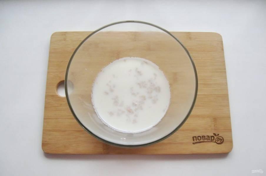 Стакан теплого молоко налейте в миску. Добавьте сырые дрожжи и сахар, перемешайте. Через 10-15 минут дрожжи активируются и вспенятся.