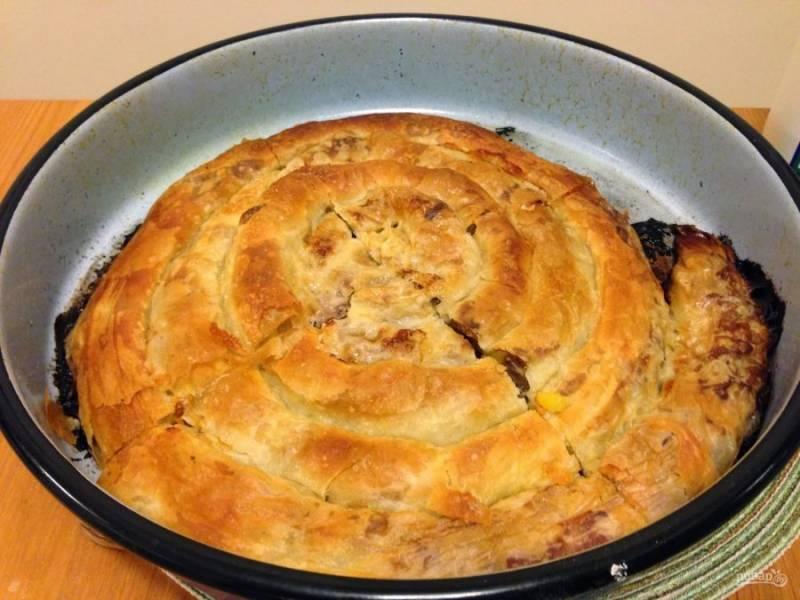 Уложите пирог в смазанную маслом форму и отправьте в разогретую до 250 градусов духовку на 5-10 минут. Затем убавьте до 200 градусов и выпекайте 25-30 минут.