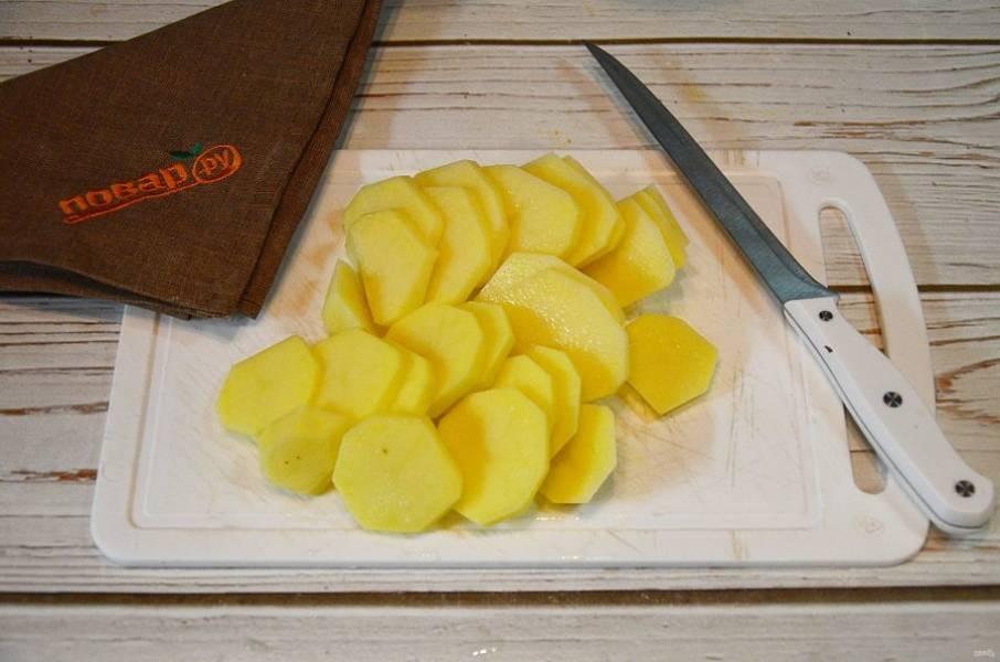 1. Картофель почистите и нарежьте кружками.