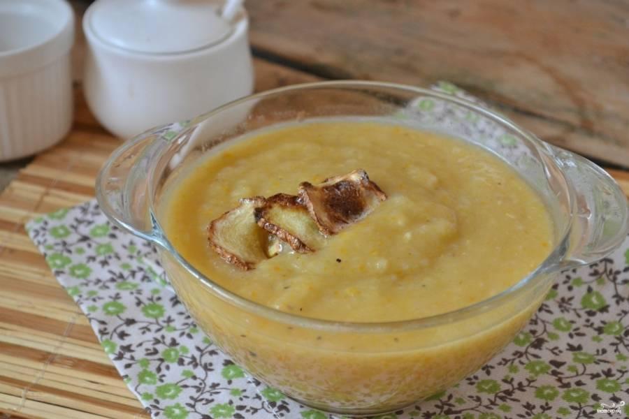 Суп-пюре из кабачков готов. Подавайте его горячим, украсив кружочками жареного кабачка или веточкой петрушки. Приятного аппетита!