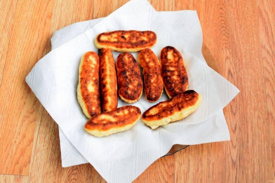 4. Обжаривайте палочки порциями на разогретом масле. Вкуснее брать топленое масло. Готовые палочки выложите на бумажную салфетку, чтобы убрать излишки масла.