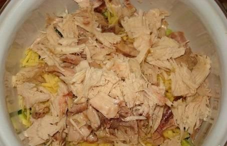 Курицу рвем или режем на небольшие кусочки.