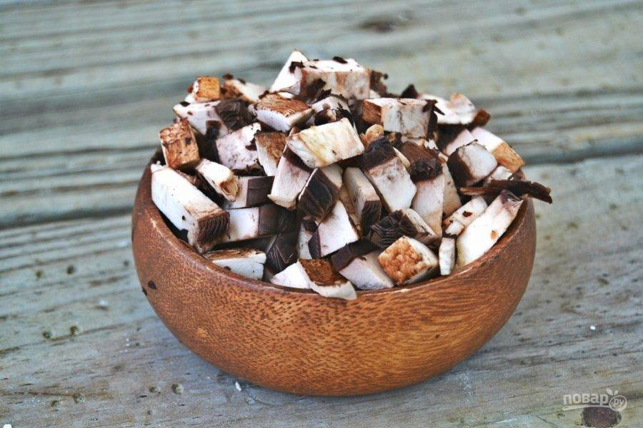 5.Очистите и вымойте грибы, нарежьте их небольшими кубиками.