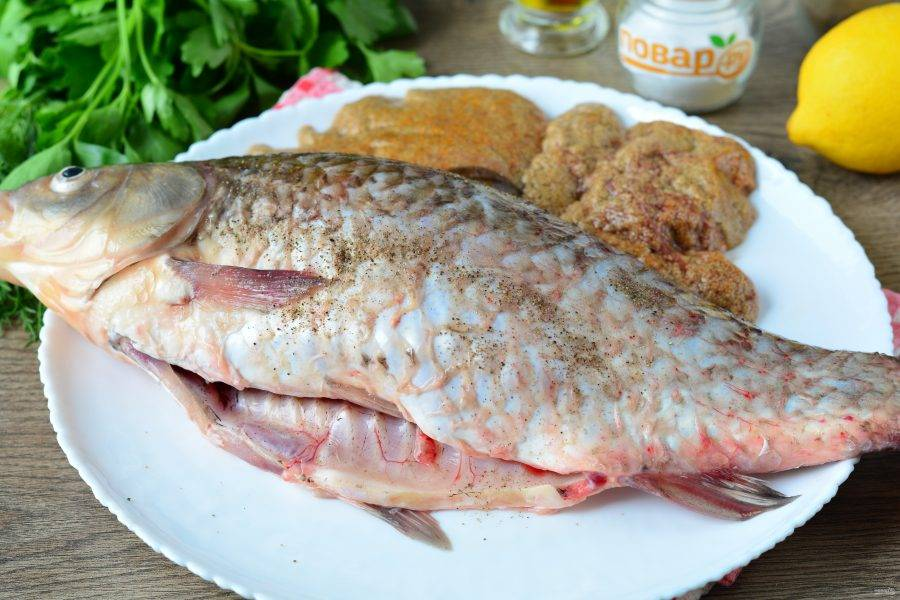Рыбу почистите от чешуи и внутренностей, если есть икра — можете оставить и обжарить отдельно. Рыбу посолите и поперчите по вкусу.