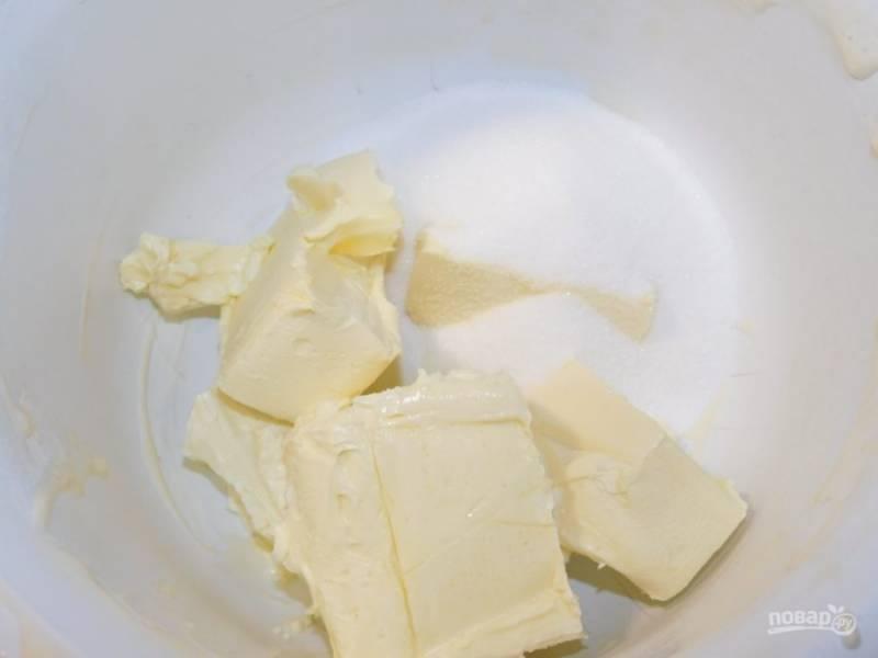 Для приготовления бисквита взбейте мягкое сливочное масло с сахаром добела.