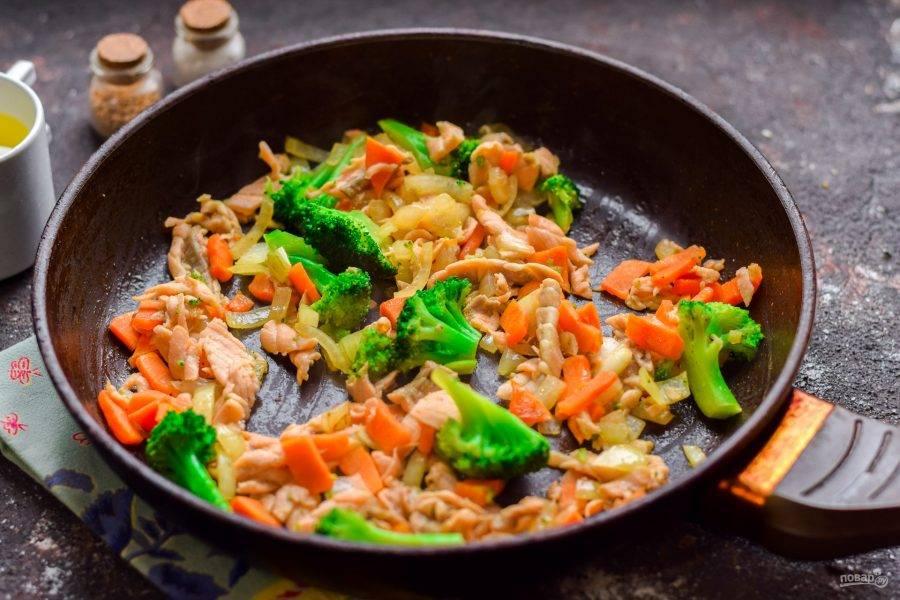 В сковороде разогрейте растительное масло, выложите все подготовленные ингредиенты, обжарьте 3-4 минуты.