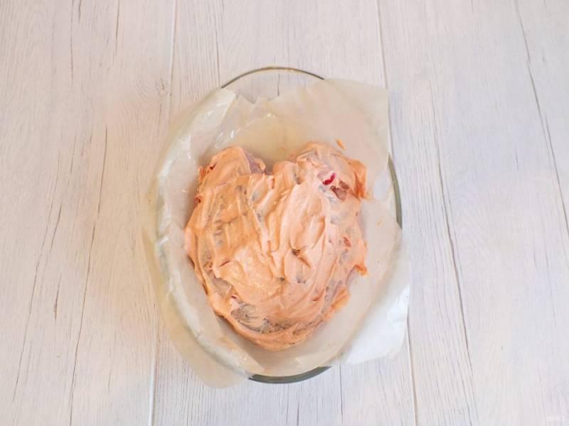 Включите духовку на 180 градусов. Грудку обмажьте обильно подготовленным сметанно-томатным соусом. Поставьте форму в духовку на 45 минут.