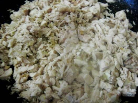 Курицу варим в подсоленной воде с лавровым листом около 30 минут. Нарезаем и слегка обжариваем в масле на сковородке вместе с мелко нарезанным луком до золотистости.