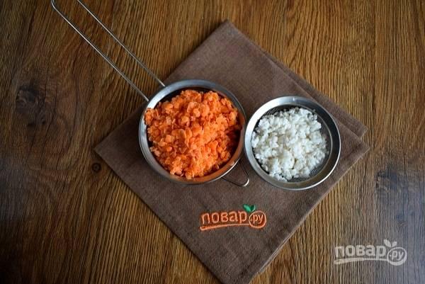 Чечевицу и рис промойте в прохладной воде, залейте на 5 минут водой, откиньте на сито.