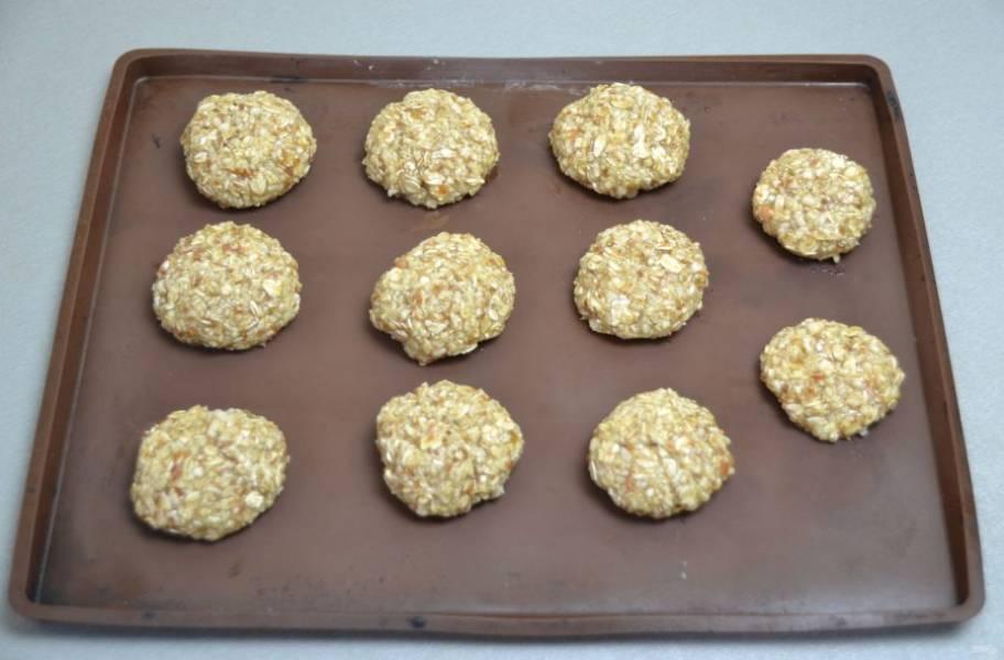Влажными руками сформируйте печенье и выложите на лист для выпечки.