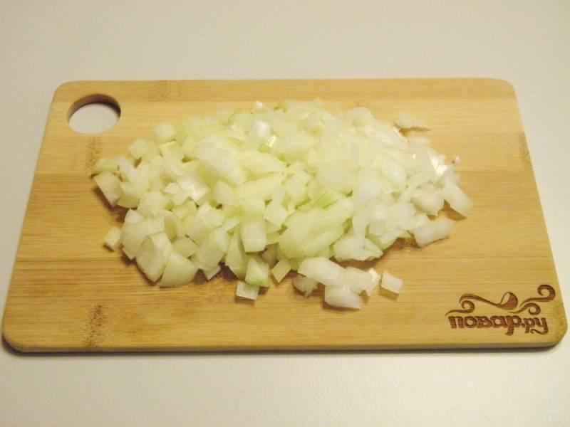 4. Тем временем очистить и нарезать мелкими кубиками луковицу.