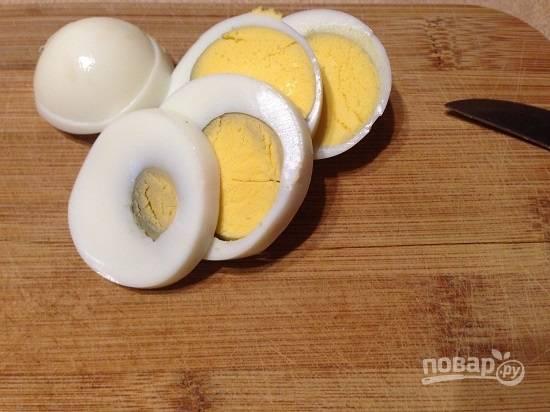 Очистим и нарежем кружочками вареное яйцо.