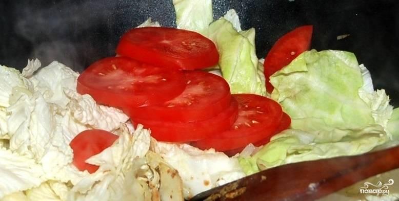 Помидоры вымойте и нарежьте колечками. Если хотите, можете предварительно очистить их от кожицы. Добавьте помидоры на сковороду, туда же влейте соевый соус и всыпьте сахар.