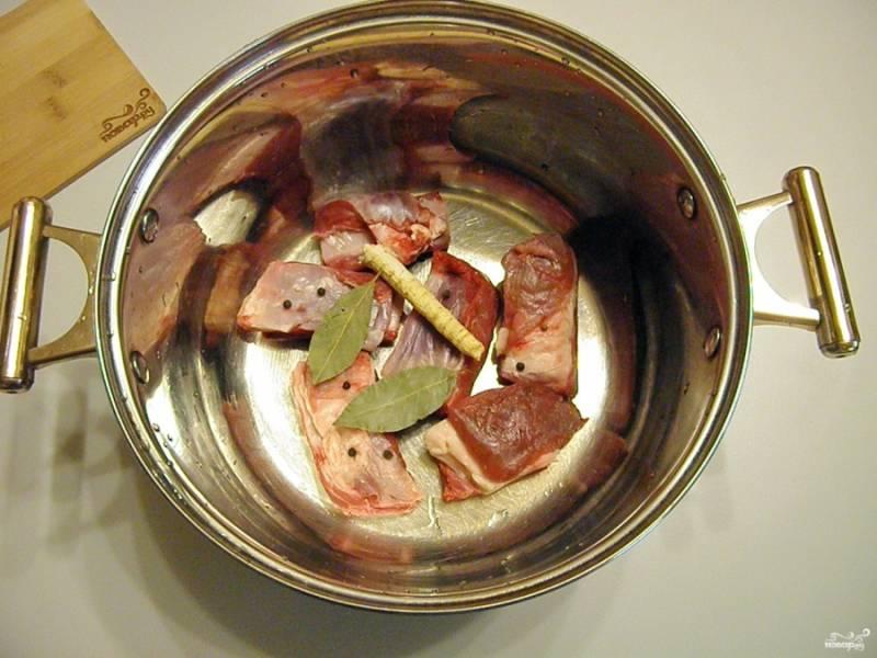 Сначала сварите бульон на говяжьих ребрах. Для этого положите их в кастрюлю, добавьте соль и специи, коренья. Залейте холодной водой и варите с момента закипания 1 - 1,5 часа. После специи и коренья удалите из бульона.
