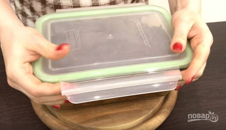 4.Закройте контейнер крышкой и оставьте при комнатной температуре на 48 часов, периодически переворачивайте мясо.