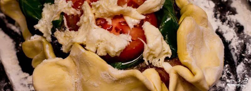 Солим, перчим и закатываем края теста так, чтобы сформировался полноценный пирог.
