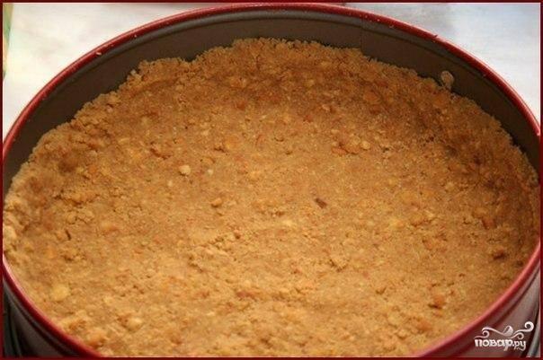 В форму для выпекания выкладываем полученную массу. По краям формируем бортики, само тесто распределяем очень ровно по всей формочке. Ставим форму в духовку и выпекаем 15 минут при 180 градусах.