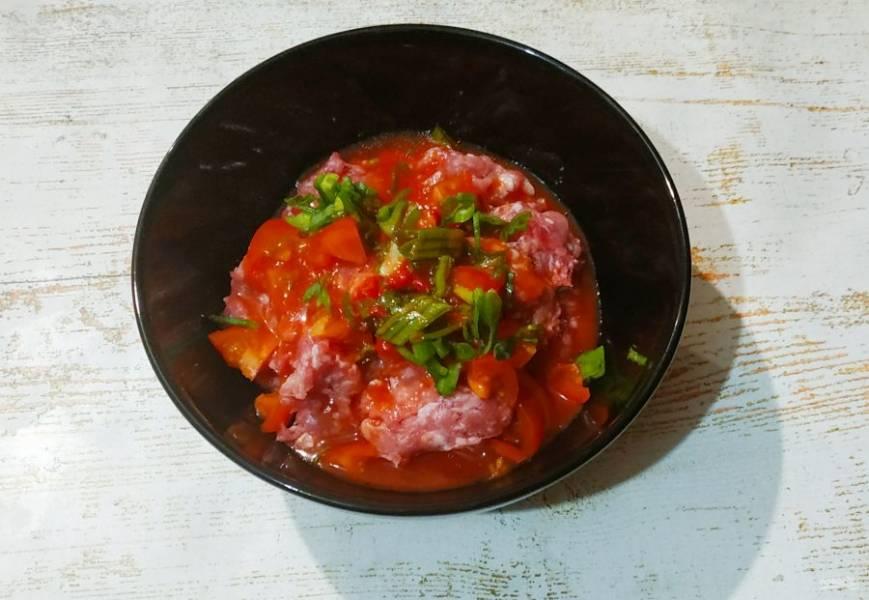 Добавьте нарезанные овощи, зелень и сыр  к фаршу, залейте томатным соком. Посолите, добавьте специи и хорошенько все перемешайте.
