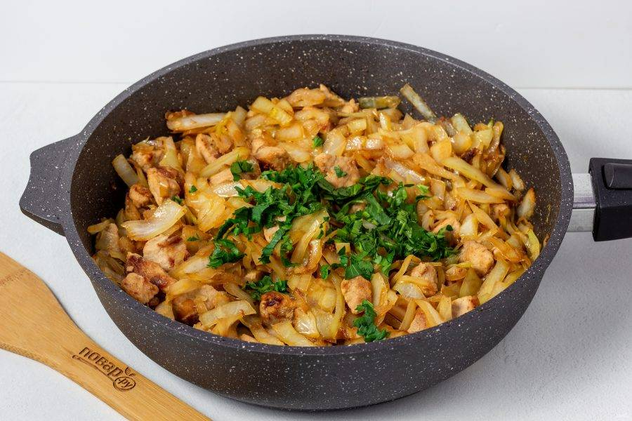 Незадолго до готовности посолите капусту по вкусу. Добавьте рубленную петрушку. Пожарьте ещё 1-2 минуты. Блюдо готово!
